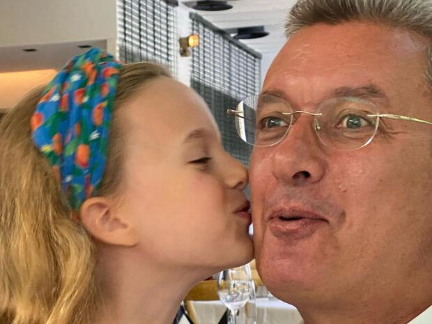 Νίκος Χατζηνικολάου: Δείτε την κόρη του με ασορτί μάσκα και κορδέλα στα μαλλιά