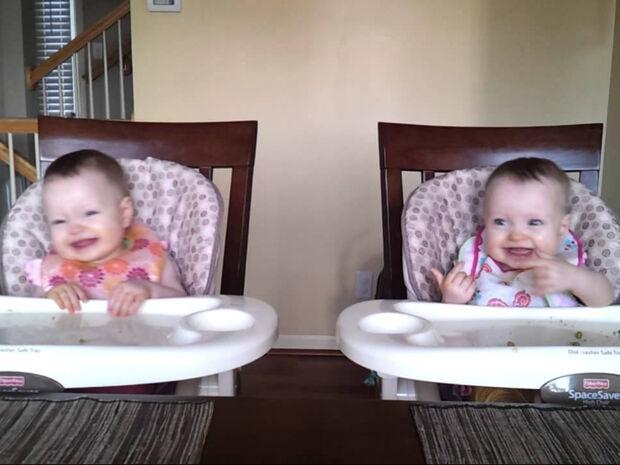 Αξιολάτρευτα δίδυμα μωράκια χορεύουν και γίνονται viral