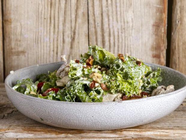 Άκης Πετρετζίκης: Caesar salad με βραστό κοτόπουλο και κέιλ