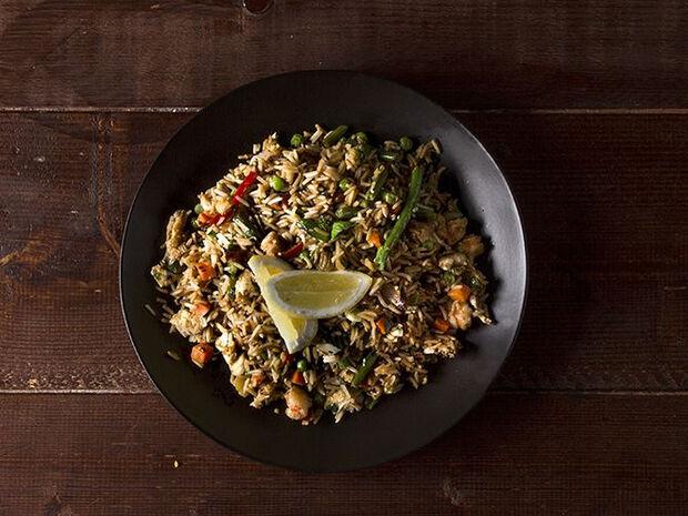 Συνταγή για κινέζικο ρύζι με λαχανικά από τον Άκη Πετρετζίκη