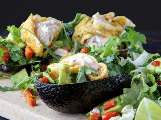 Συνταγή για αβοκάντο γεμιστό με γαλοπούλα και αβγά από τον Άκη Πετρετζίκη