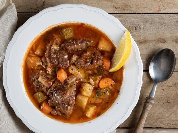 Συνταγή για κρεατόσουπα με κριθαράκι από τον Άκη Πετρετζίκη