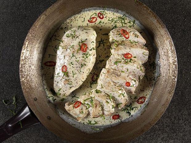 Συνταγή για κοτόπουλο αλά κρεμ με 4 υλικά από τον Άκη Πετρετζίκη