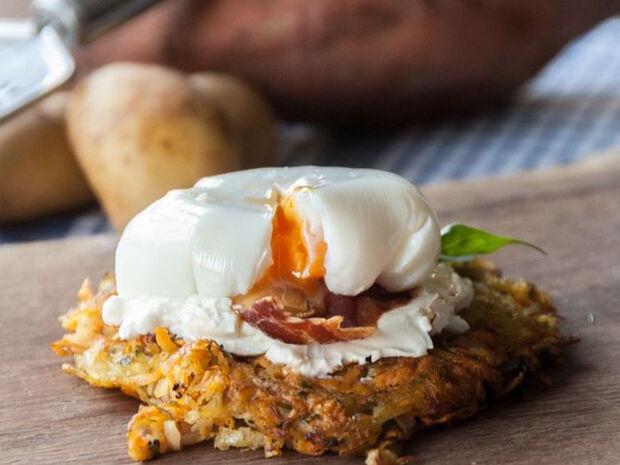Συνταγή για γλυκοπατάτες ροστί με αβγά ποσέ από τον Άκη Πετρετζίκη