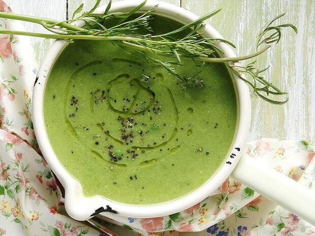 Συνταγή για σούπα με αρακά από τον Άκη Πετρετζίκη
