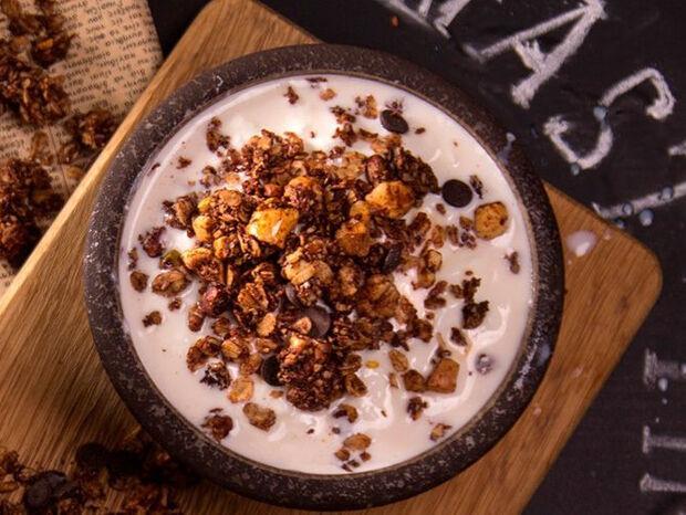 Συνταγή για σοκολατένια γκρανόλα από τον Άκη Πετρετζίκη