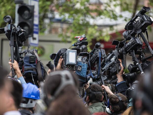 Έκλεψαν το κινητό δημοσιογράφου σε ζωντανή σύνδεση (video)