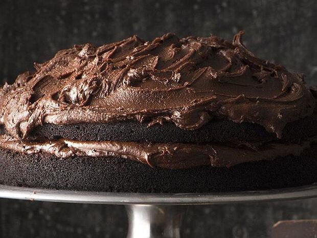 Συνταγή για κέικ με κακάο και επικάλυψη σοκολάτας από τον Άκη Πετρετζίκη