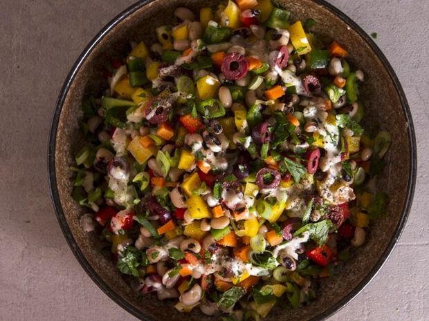 Συνταγή για σαλάτα με μαυρομάτικα φασόλια και σος ταχίνι από τον Άκη Πετρετζίκη