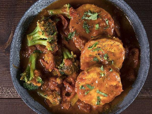 Συνταγή για φιλέτα μπακαλιάρου σε αρωματική κόκκινη σάλτσα από τον Άκη Πετρετζίκη