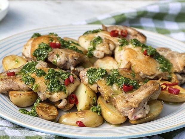 Συνταγή για μπουτάκια κοτόπουλου με πατάτες και σάλτσα τσιμιτσούρι από τον Άκη Πετρετζίκη