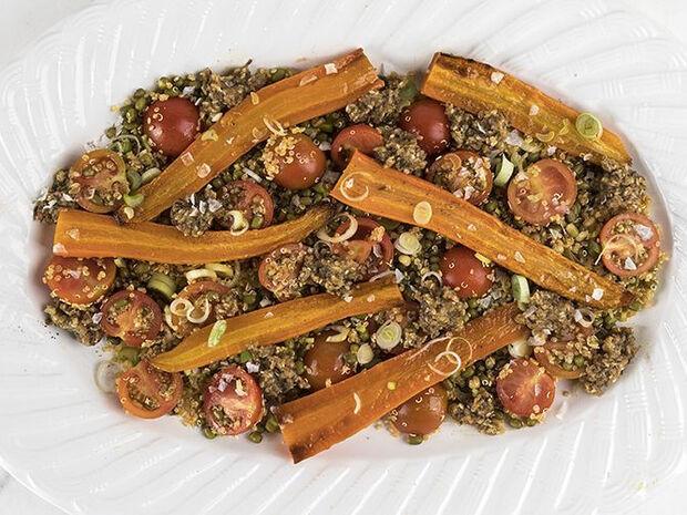 Συνταγή για σαλάτα με ψητά καρότα, ροβίτσα, κινόα και ντοματίνια από τον Άκη Πετρετζίκη