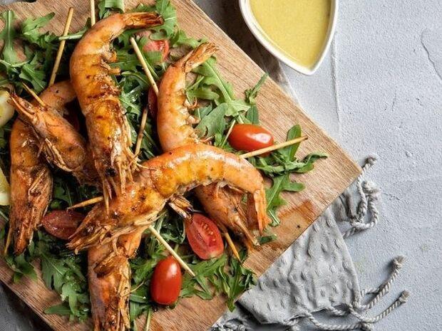 Συνταγή για γαρίδες σουβλάκι με λαδολέμονο από τον Άκη Πετρετζίκη