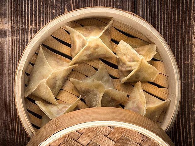 Συνταγή για dumplings με χοιρινό από τον Άκη Πετρετζίκη