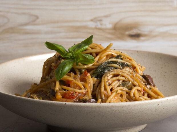 Συνταγή για σπαγγέτι πουτανέσκα σε 10 λεπτά από τον Άκη Πετρετζίκη