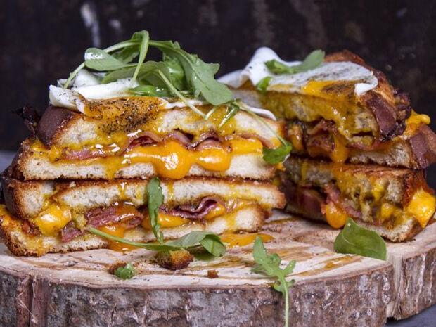 Συνταγή για grilled cheese sandwich από τον Άκη Πετρετζίκη