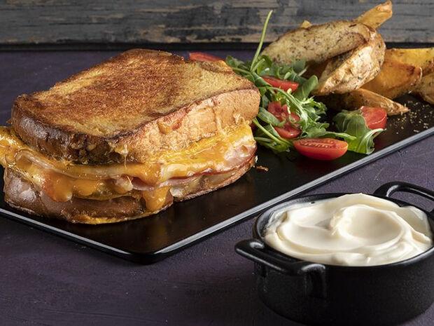 Συνταγή για ομελέτα σάντουιτς από τον Άκη Πετρετζίκη