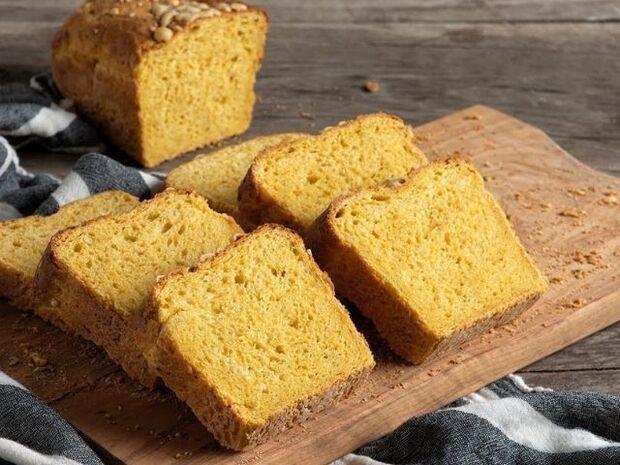 Συνταγή για ψωμί με γραβιέρα και καρότο από τον Άκη Πετρετζίκη