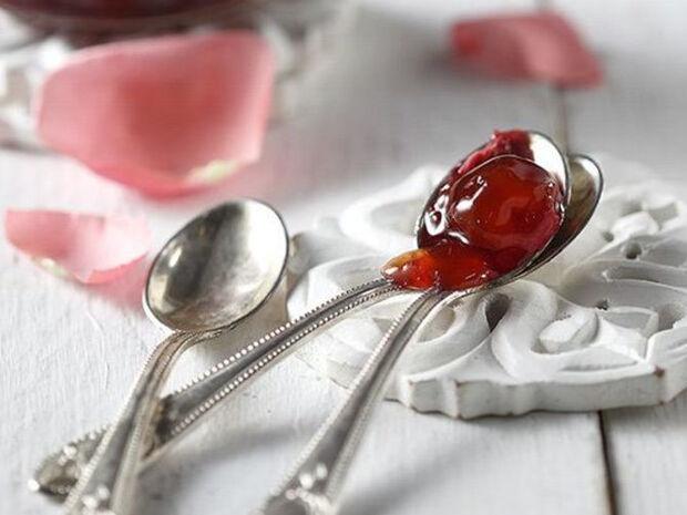 Συνταγή για μαρμελάδα με πετροκέρασα και τριαντάφυλλο από τον Άκη Πετρετζίκη