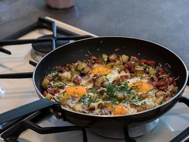 Συνταγή για αβγά με πατάτες και λουκάνικα από τον Άκη Πετρετζίκη