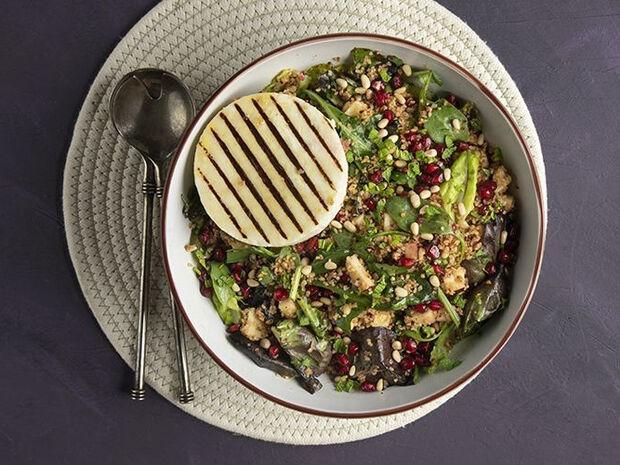 Συνταγή για χειμωνιάτικη σαλάτα με μανούρι από τον Άκη Πετρετζίκη
