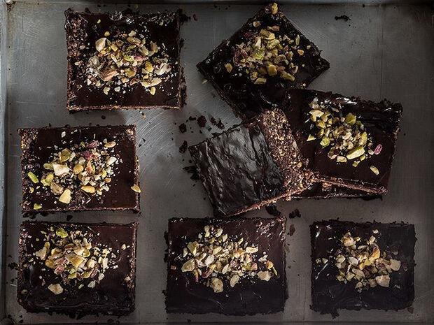 Συνταγή για ωμοφαγικά brownies από τον Άκη Πετρετζίκη