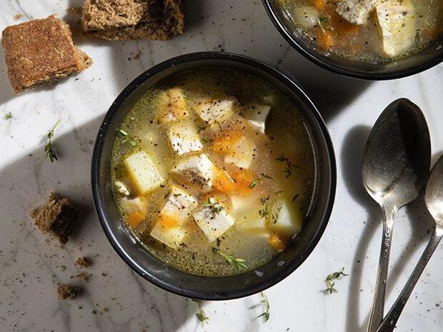 Συνταγή για κοτόσουπα χωρίς ρύζι από τον Άκη Πετρετζίκη