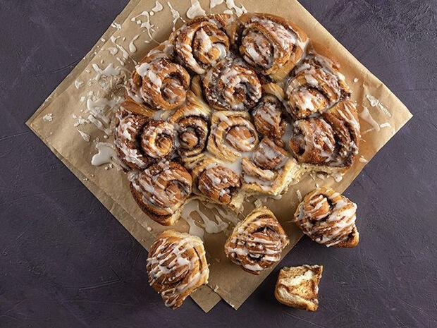 Συνταγή για cinnamon rolls από τον Άκη Πετρετζίκη