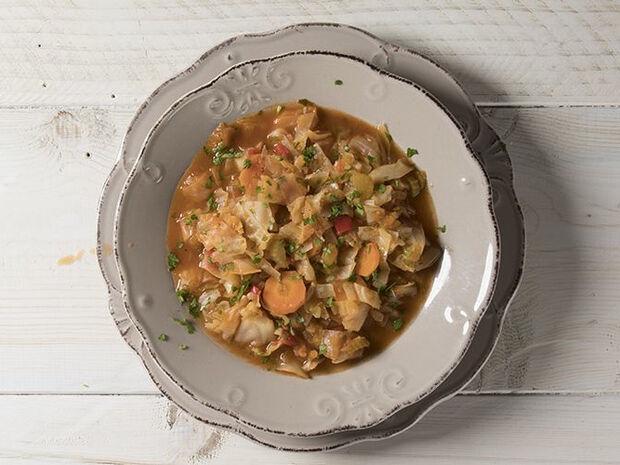 Συνταγή για αντιοξειδωτική σούπα με λάχανο από τον Άκη Πετρετζίκη