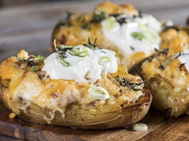 Συνταγή για πατάτες φούρνου με τυριά από τον Άκη Πετρετζίκη