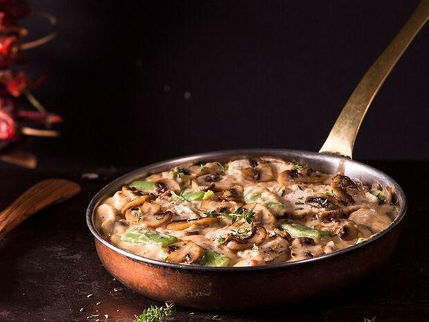 Συνταγή για κοτόπουλο με μανιτάρια και φασολάκια από τον Άκη Πετρετζίκη