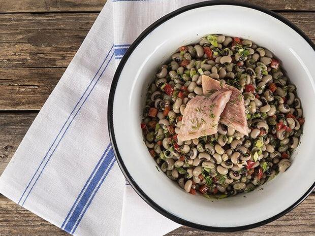 Συνταγή για σαλάτα με μαυρομάτικα και καπνιστή πέστροφα από τον Άκη Πετρετζίκη