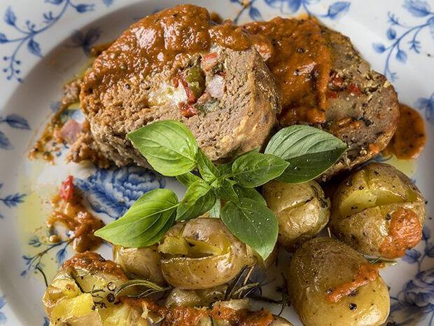 Συνταγή για γεμιστό ρολό κιμά με πατάτες από τον Άκη Πετρετζίκη