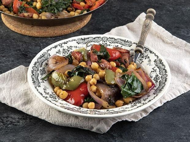 Συνταγή για ρεβίθια με λουκάνικο και σπανάκι από τον Άκη Πετρετζίκη