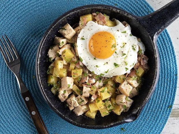 Συνταγή για τηγανιά με κοτόπουλο, πατάτες και αβγά από τον Άκη Πετρετζίκη