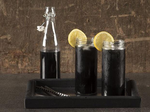 Συνταγή για μαύρη λεμονάδα από τον Άκη Πετρετζίκη