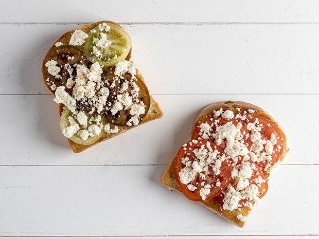 Συνταγή για σπιτικό λευκό τυρί από τον Άκη Πετρετζίκη