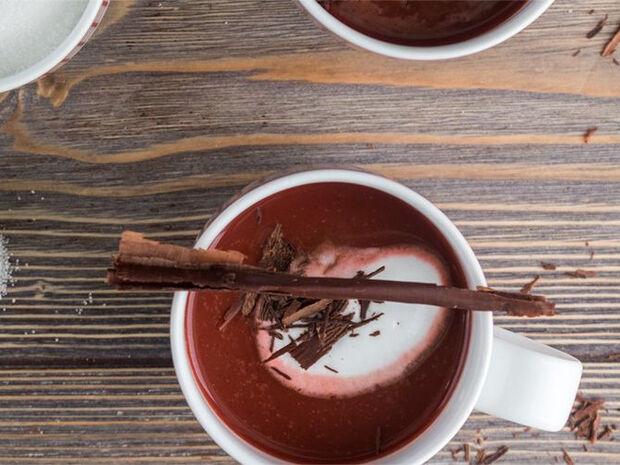 Συνταγή για ζεστή σοκολάτα red velvet από τον Άκη Πετρετζίκη