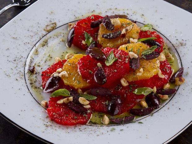 Συνταγή για σαλάτα εσπερειδοειδών με φουντούκια από τον Άκη Πετρετζίκη