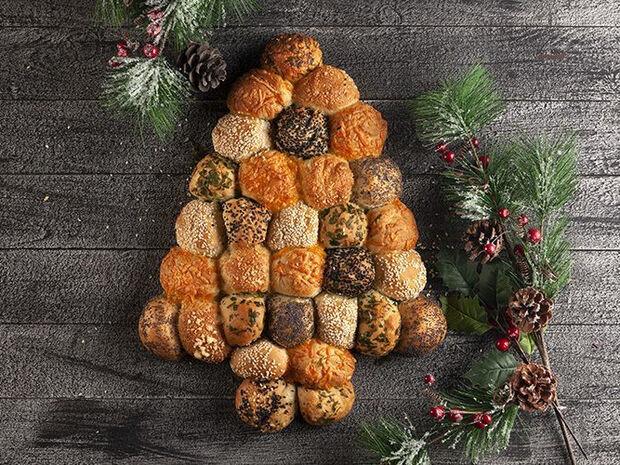 Συνταγή για χριστουγεννιάτικα ψωμάκια γεμιστά με τυρί από τον Άκη Πετρετζίκη