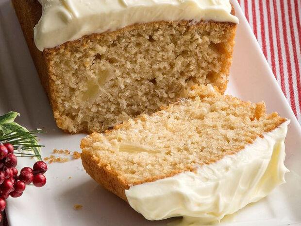 Συνταγή για χριστουγεννιάτικο κέικ με λευκό frosting από τον Άκη Πετρετζίκη