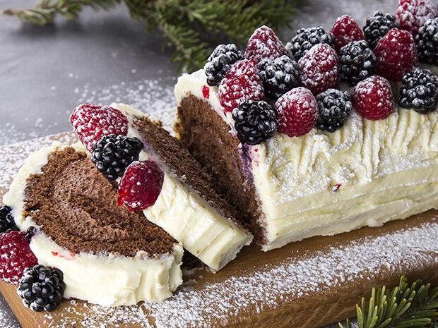 Συνταγή για Χριστουγεννιάτικο κορμό με φρούτα του δάσους από τον Άκη Πετρετζίκη