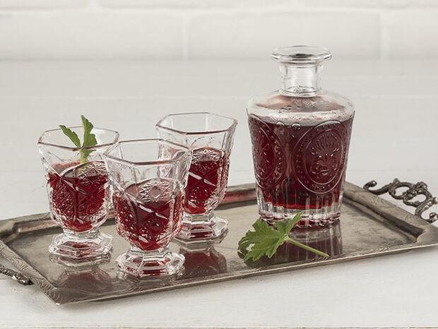 Συνταγή για λικέρ τριαντάφυλλο με κόκκινο κρασί από τον Άκη Πετρετζίκη