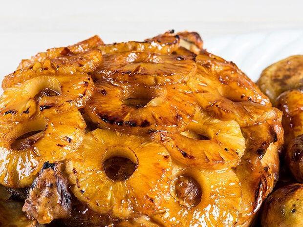 Συνταγή για χοιρινό με καραμελωμένη σάλτσα ανανά από τον Άκη Πετρετζίκη