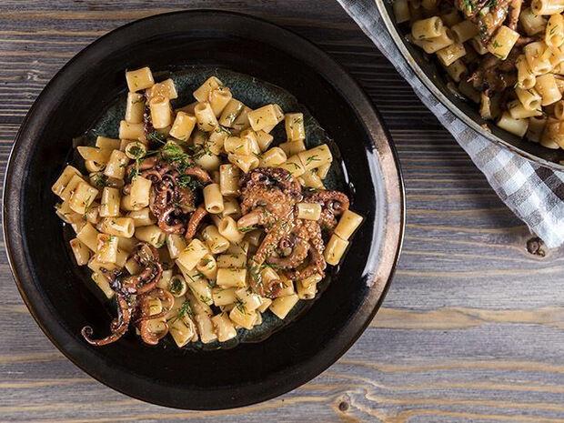 Συνταγή για πικάντικο χταπόδι με κοφτό μακαρονάκι από τον Άκη Πετρετζίκη