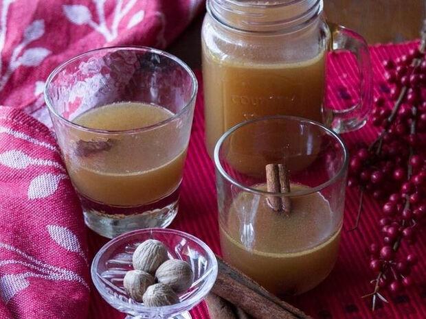 Συνταγή για ζεστό βουτυρένιο ρούμι από τον Άκη Πετρετζίκη