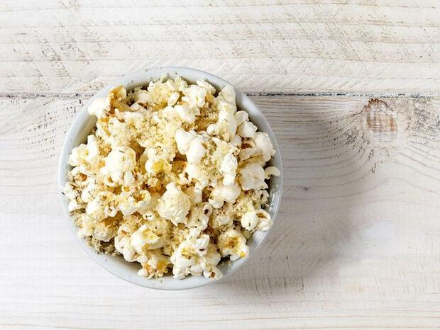 Συνταγή για popcorn με δεντρολίβανο και γραβιέρα από τον Άκη Πετρετζίκη