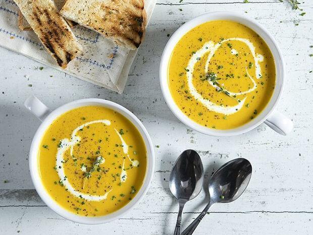 Συνταγή για αντιοξειδωτική σούπα με καρότο, κουρκουμά και ρόφημα σόγιας από τον Άκη Πετρετζίκη