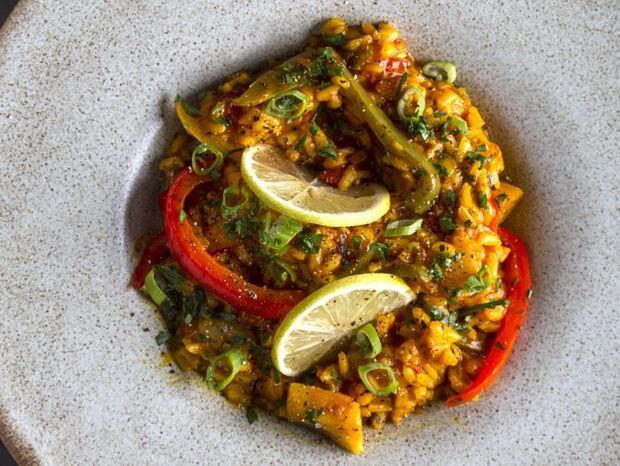 Συνταγή για παέγια με λαχανικά, σαφράν και λεμόνι από τον Άκη Πετρετζίκη