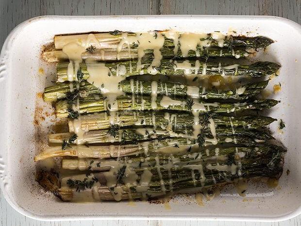Συνταγή για σπαράγγια στον φούρνο με beurre blanc από τον Άκη Πετρετζίκη